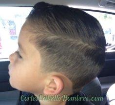 niño con el cabello corto y linea a un lado