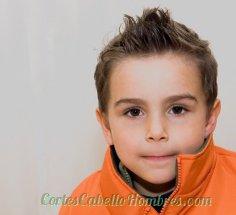 niño serio con el cabello corto y los pelos parados