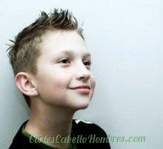 niño con el pelo corto y los cabellos parados