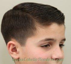 niño con el pelo corto y una linea lado cabello