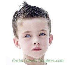 niño con el pelo corto y peinado de mohicano