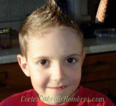 niño con los pelos parados y el cabello corto